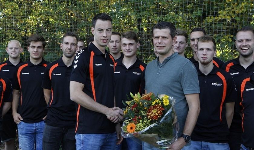 Jaap Bouman krijg de bloemen van aanvoeder Menno Diepenbroek