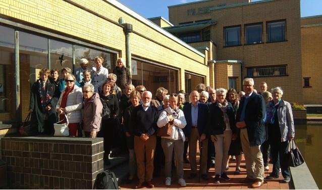 Vrienden en vrijwilligers van Villa Mondriaan bij het Gemeentemuseum in Den Haag.