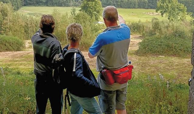 Op de voorpagina van de nieuwe wandelgids is het koepeltje op de Tankenberg te zien, waarlangs een van de dertien routes gaat.