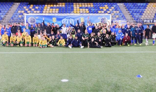 De deelnemers aan de G-RKC clinic in het Mandemakers Stadion genoten met volle teugen. Als afsluiter poseerden ze samen voor de foto. De volgende acticiteit van G-RKC is op woensdag 31 oktober.