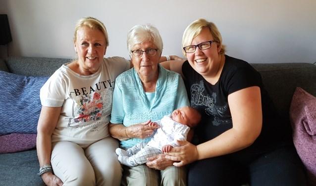 Van links naar rechts Oma (63) , overgroot oma (91), Saar, Mama (30)