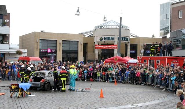 Veel interesse van het publiek tijdens een grote hulpverleningsactie op het Meiveld. FOTO: Theo van Sambeek).