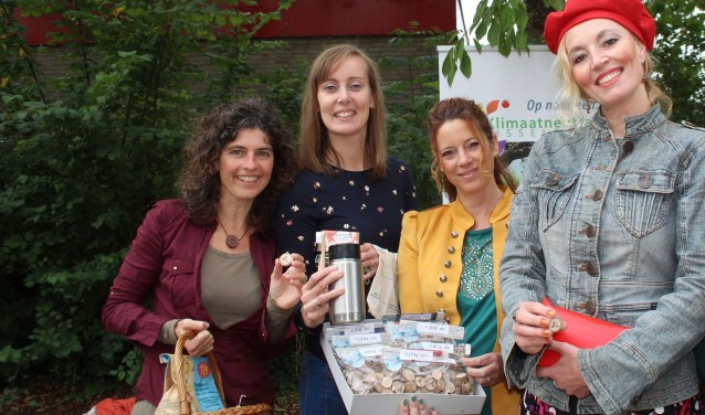 Ivon, Marjolein en Ursela zijn vrijdag in de binnenstad met duurzaamheidskoningin Minima. (Foto: Lysette Verwegen)