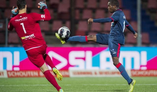 FC Eindhoven-speler Marcelo Lopes in duel met Wouter van der Steen.