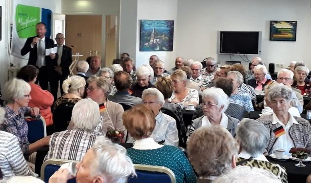 Wethouder Walter Gerritsen spreekt de aanwezigen ouderen uit Montferland en het Duitse Weeze toe. (foto: Bart Hendricksen)