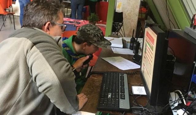 Een scout uit Maarssenbroek communiceert per radio met een leeftijdsgenoot uit Cardiff. Foto: Danny van der Linden