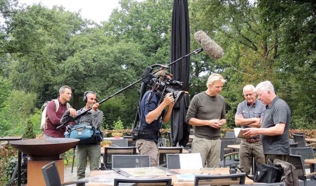 Vroege Vogels-presentator Menno Bentveld in gesprek met André Hendriksen en Theo Kaal. Zij zijn de trekkers van het project Paradijs voor de Patrijs. (foto: PR)