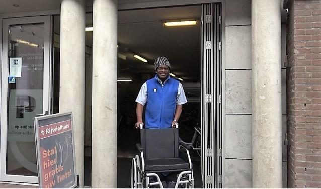 Reginald Clare met rolstoel