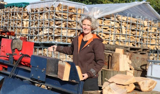 Jet Martens tijdens het kloven van het hout. (Foto: Arjen Dieperink)