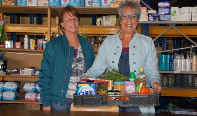Coördinator Hetty Lameris samen met Carin. Carin maakte jaren geleden zelf gebruik van de Voedselbank en is nu vrijwilliger.