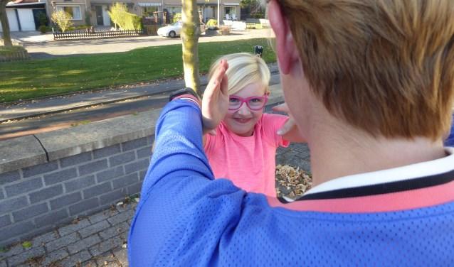 Jill heeft op de eerste les meteen al de nodige verdedigingshandelingen geleerd die ze thuis kan oefenen. (foto: Marnix ten Brinke)