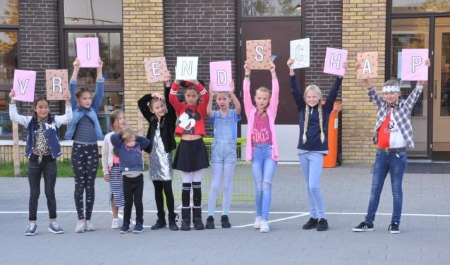 Kinderen vormen het woord 'vriendschap', thema van deze Kinderboekenweek