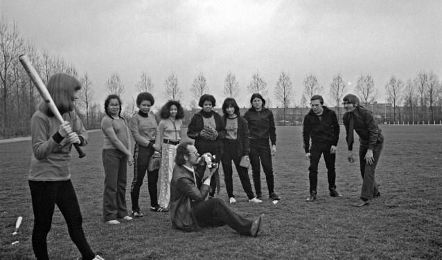 Op de foto uit 1976 zien we Gé Derksen als sportwethouder. Hij werpt de eerste bal voor een softbalteam. (Foto: HVC Beeldbank)