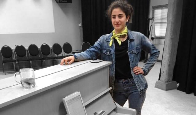 Sofya Nadzharyan - één van de talenten - zingt bij de opening van het nieuwe 'thuis' van de Aleph voor het eerst haar song.