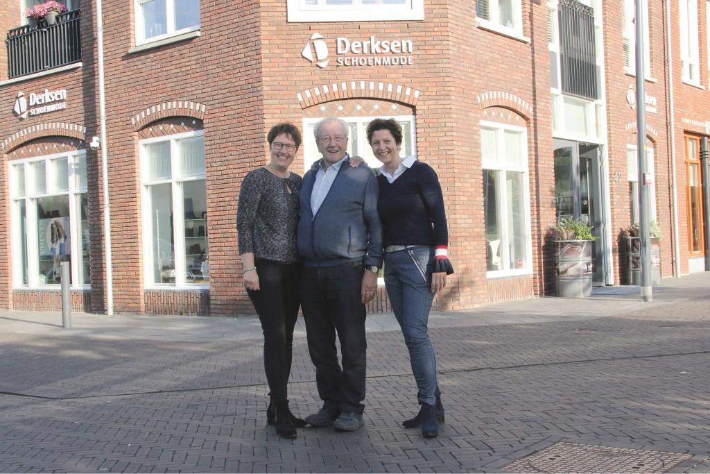 Irma (links) en Brigitte Derksen samen met hun vader voor de winkel aan de Pastoriestraat.