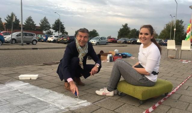 """""""Wethouder Simon Fortuyn en kunstenaar Rianne te Kaat brengen street art aan om aandacht te vragen voor het proeftuinonderzoek""""."""