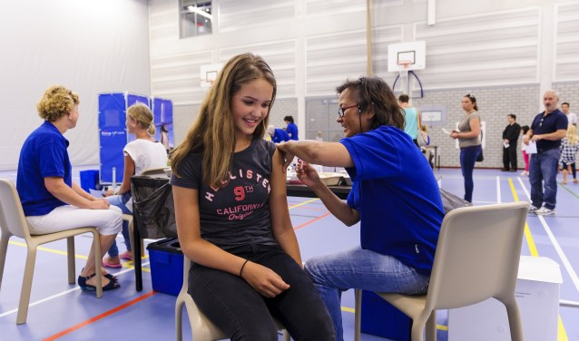 In Veldhoven krijgen jongeren op vrijdag 5 oktober een prik ter bescherming tegen de meningokok-bacterie type W. FOTO Richard van Hoek