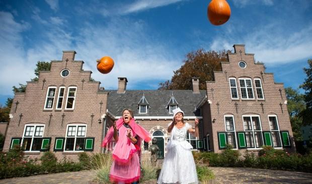 Anne Nyst (rechts) en Lucette Houweling vertellen vrijdag over de Pompoen-Potter-Party in Kulturhus EGW in Epe.