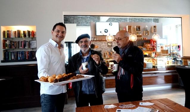 Uitbater Michiel Aalders wil zijn Streetcafé nog meer bekendheid geven. Hij organiseerde een proeverij voor buurtbewoners. (foto: Tom Oosthout)