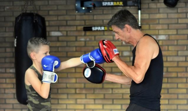 Kay krijg boksles van Arnold Keller waarbij hij verschillende stoottechnieken oefent. (Foto: Hetty Heijne)