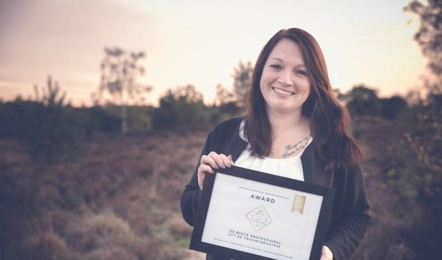 De scherpenzeelse Chantal de wit van Beautysalon beyoutiful wint twee awards voor beste trouwfotograaf en beste bruidshaar- en make-upartiest. (Foto: Nicole Rijkers )