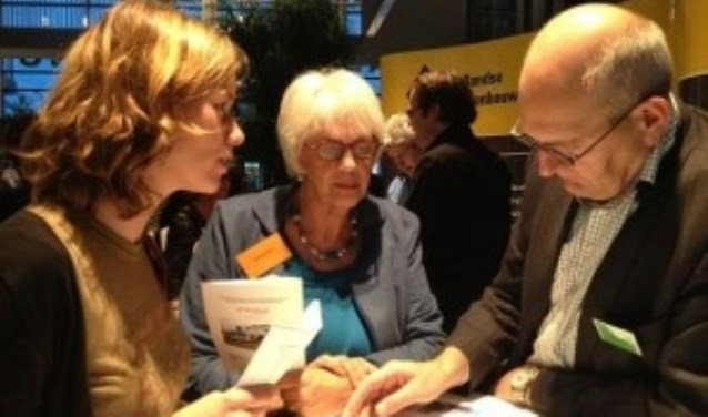Vrijwilligers van de Wereldwinkel in gesprek met Hegeman bouwbedrijf, op een vorige editie van de Beursvloer.