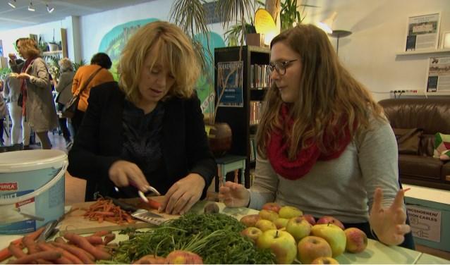 Presentatrice Angelique Krüger schuift wekelijks in een dorpshuis aan bij de gezamenlijke maaltijd.