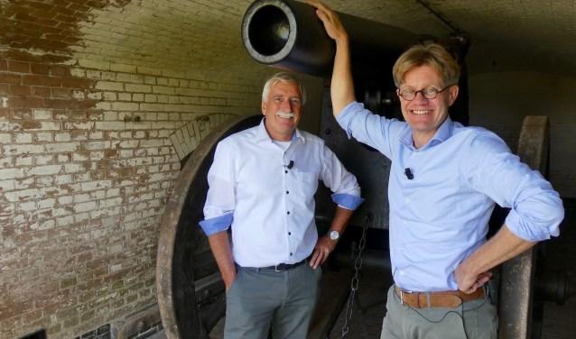 Streekarchivaris Hildo van Engen en presentator Leo Swaans bij het kanon op Fort Giessen. Foto: Ad Kraamer