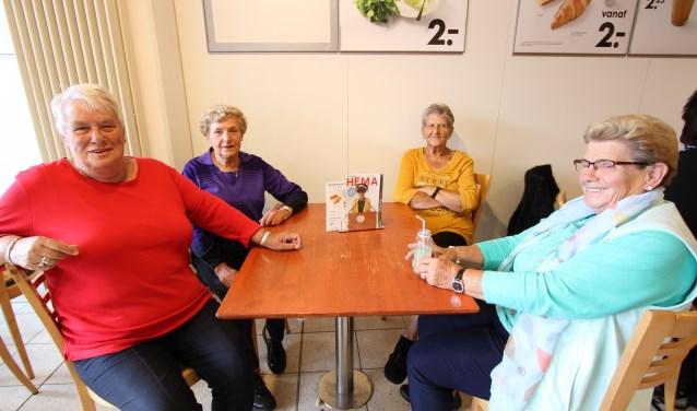 Op de foto Greet, Truus, Ali en Annie die al jaren bijna elke dag te vinden zijn in het Hema-restaurant om de laatste nieuwtjes uit te wisselen. FOTO: Ad Adriaans.