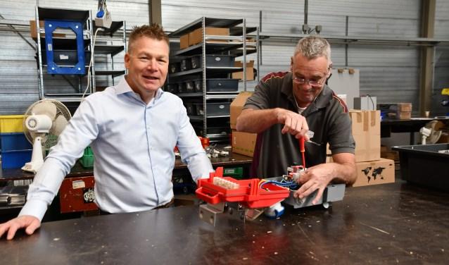 Mede-eigenaar Erwin Rus van Van der Sijs Techniek & Automatisering van en Biga-medewerker Bert.