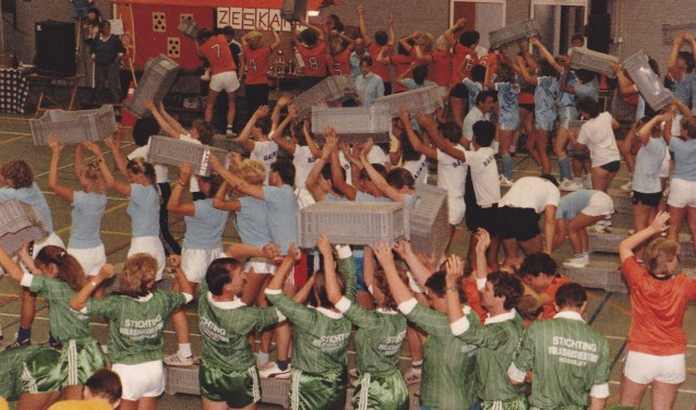 De zeskampen in Hoogvliet trokken tijdens de finales duizenden toeschouwers. Zelfs burgemeester Peper kwam kijken. Foto: Joop van der Hor