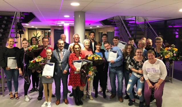 Waalwijk viert gezamenlijk feest in het Mandemakers Stadion tijdens de huldiging van de winnaars van Waalwijk Ontmoet.