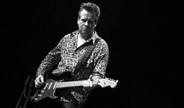 Het spelen van de muziek van Jimi Hendrix brengt weer jeugdherinneringen naar boven bij Gerrit Veldman. (foto: Niek Hidding)