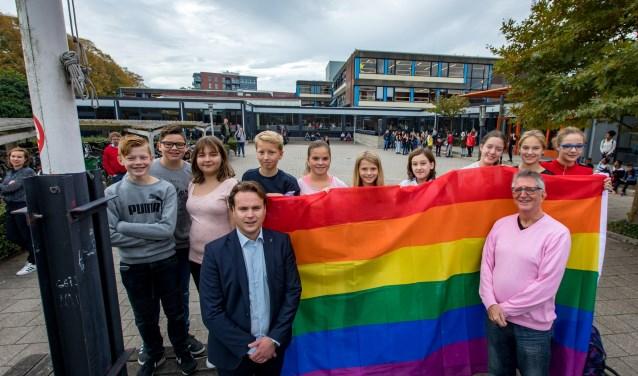 Wethouder Groen hijst de regenboogvlag samen met leerlingen bij Lingecollege aan de Heiligenstraat. (Foto: Jan Bouwhuis)