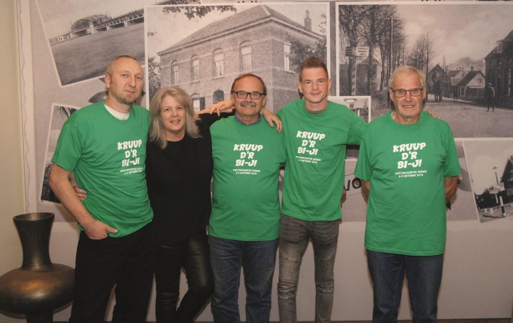 V.l.n.r.: Marthijn Pieters, Marcha Pieters, Frank van der Zwan, Simon Bisselink en Tinus Koenen. Tinus schiet niet mee maar kwam tijdens de inschrijvingsavond alleen maar een T-shirt voor zijn kleinkind halen.