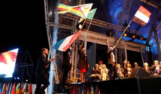 De vlaggenceremonie. (Foto: Wim Hollemans)