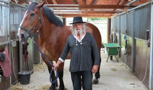 Toon Paap  met één van zijn paarden in zijn stalhouderij aan de rand van de Delftse Hout.