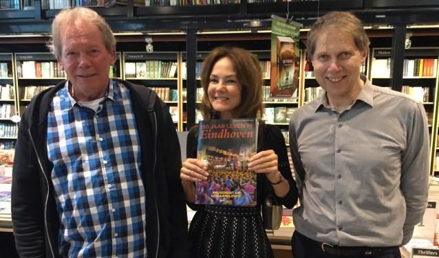 Helen Dijks (midden) ontving van journalist auteur Frans Dekkers (links) en Wim Daniels het eerste exemplaar. (Foto DFP)
