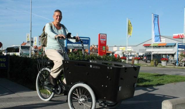 irene Brakman is er klaar voor om met haar bakfiets zwerfvuil op Noord-Beveland op te halen FOTO: LEON JANSSENS