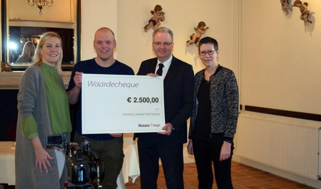 Elise Meenderink (links) en Karin van der Keur (rechts) met Mark Brunninkhuis van Box Productions en Tymon Stamborg namens Monuta.
