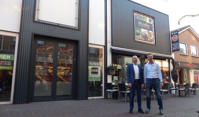 Johan de Man (CMC Bedrijfsmakelaars) en Raymond Scheerrman (namens de verhuurder, eigenaar van Effe Anders) staan in het Maandereind. Het pand links toont de basis, rechts een uitgewerkt concept.