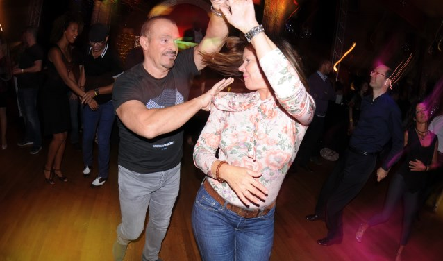 Louis en Astrid van Esch leerden elkaar kennen op de dansvloer van Discotheek Galaxy in Den Bosch. Daarna dansten ze samen door het leven en begonnen ze een salsadansschool.