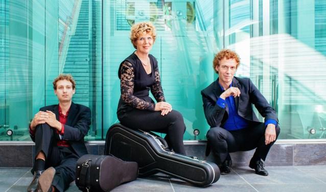 Het Asteria Ensemble bestaat uit Sytse Buwalda, Saskia Spinder en Ferdinand Binnendijk met een romantisch concert in het Noord-Veleuws Museum. Eigen foto.