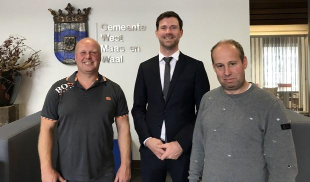 Wethouder Sander Bos (midden) met de broers Drost. (Foto: Amy Magnée)