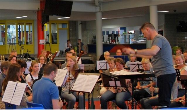 Muzikanten van verschillende verenigingen in één orkest tijdens de Play-Inn van het StEIJF.