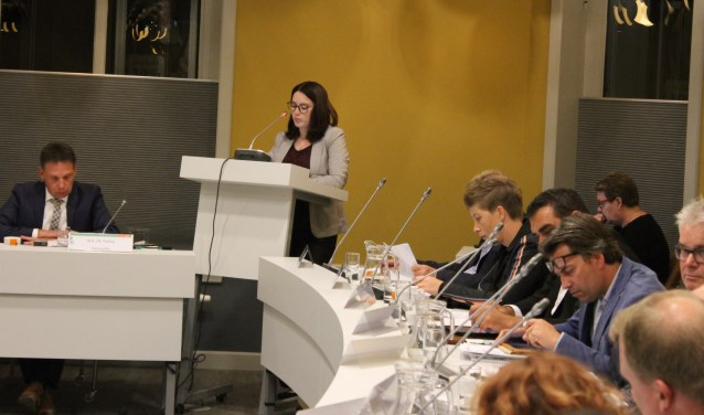 Gerloeske Brezet (D66) hield tijdens de raadsvergadering een pleidooi voor groene schoolpleinen.