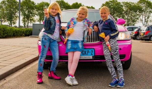 Puk en haar vriendinnetjes werden opgehaald in een roze limousine.