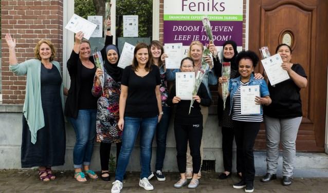 Nadia (vierde van links) volgde bij Feniks de cursus 'Op Volle Kracht Vooruit' en werd gastvrouw. foto: Kathy van de Pas