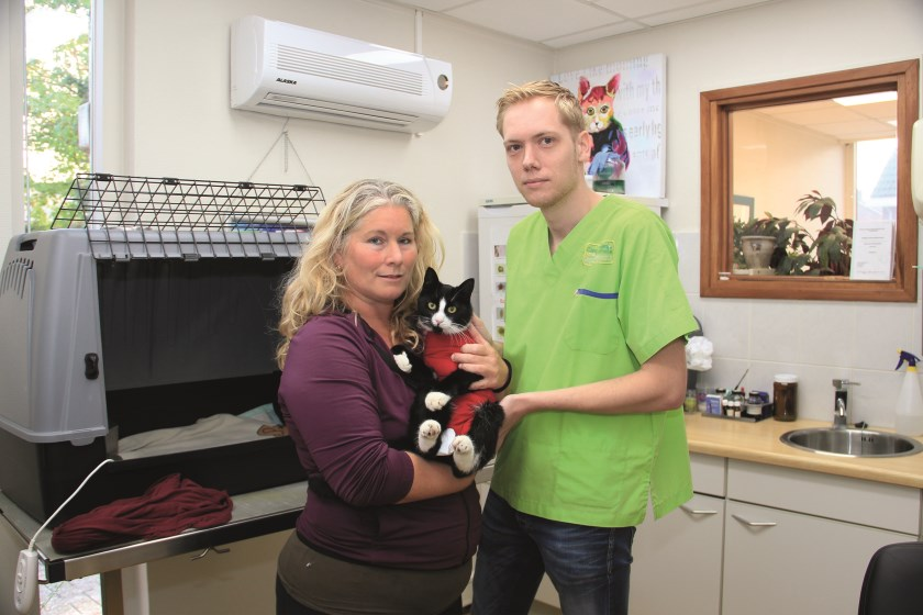 Natasja Smits en Dirk Loeffen van Care4Animals met de gewonde kat.