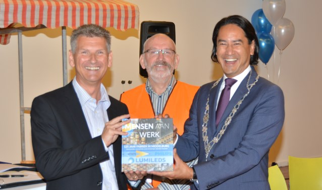V.l.n.r directeur Michel Klijn, Jan van Splunder en burgemeester Bergmann. FOTO: LUMILEDS